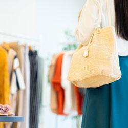 百貨店で婦人服の販売